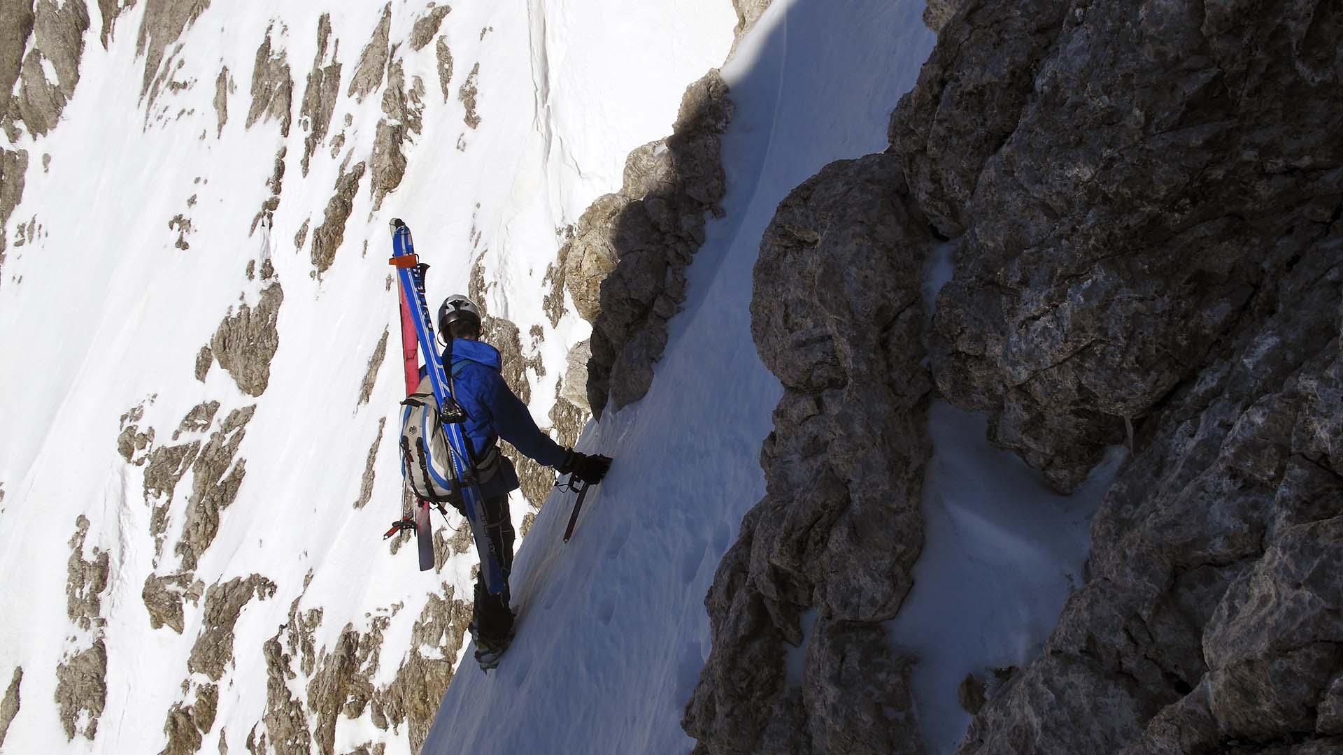 Alla ricerca di un passaggio per il canale che dia accesso alla cima (ph. Loris De Barba)