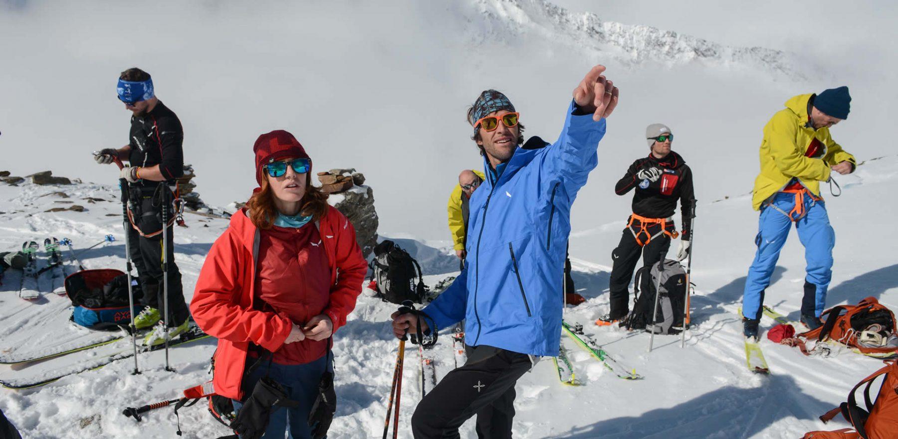 Matthias indica a Tatiana l'itinerario per la vetta