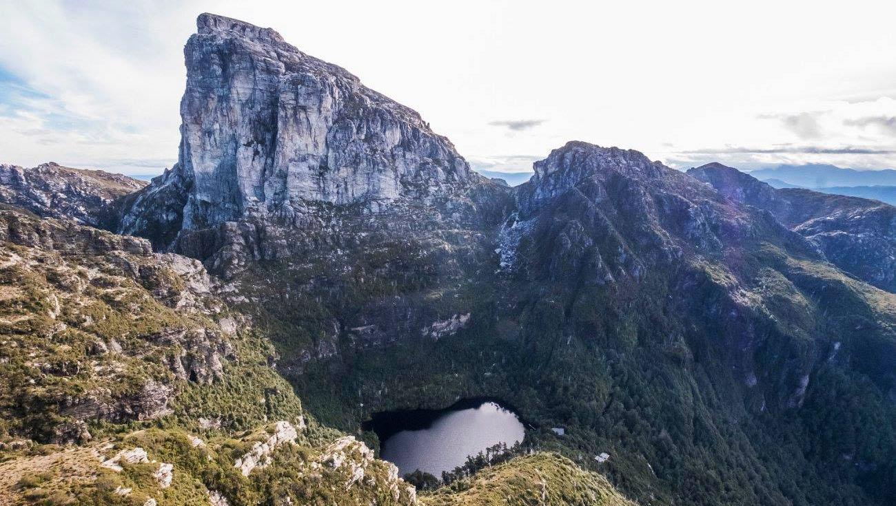 Il Frenchmans Cap è una cima della West Coast region della  Tasmania, Australia.