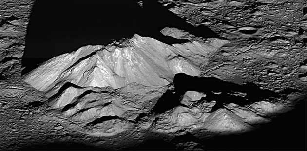 Nel cratere Tycho, emergono, nell'alba lunare, montagne alte circa 2000 m (Lunar Reconnaissance Orbiter)